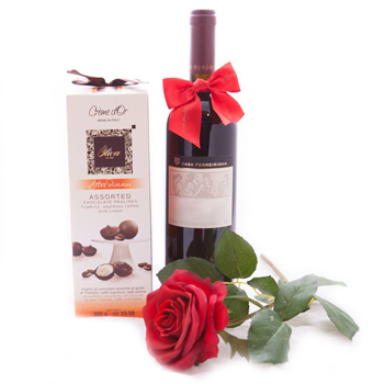 Insulele Cayman flori- Romantic Red Wine and Sweets Floare Livrare