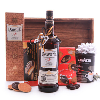 Hatert blomster- Dewars Whisky Coffee Sweets Basket Blomst Levering