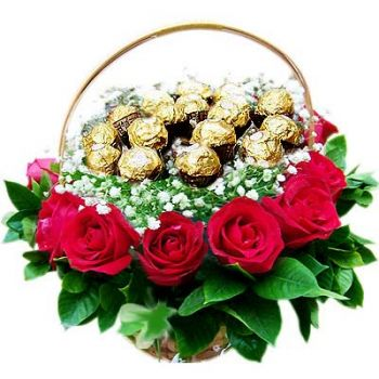 Ajman online Florist - Basket with Roses and chocolate Bouquet